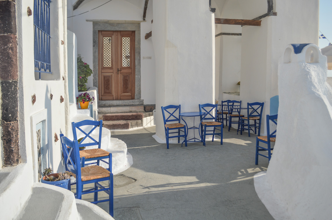 191 Santorini travel tips #5 : the beach of Mesa Pigadia, a sunset in Santo Wines and the typical village of Pyrgos.