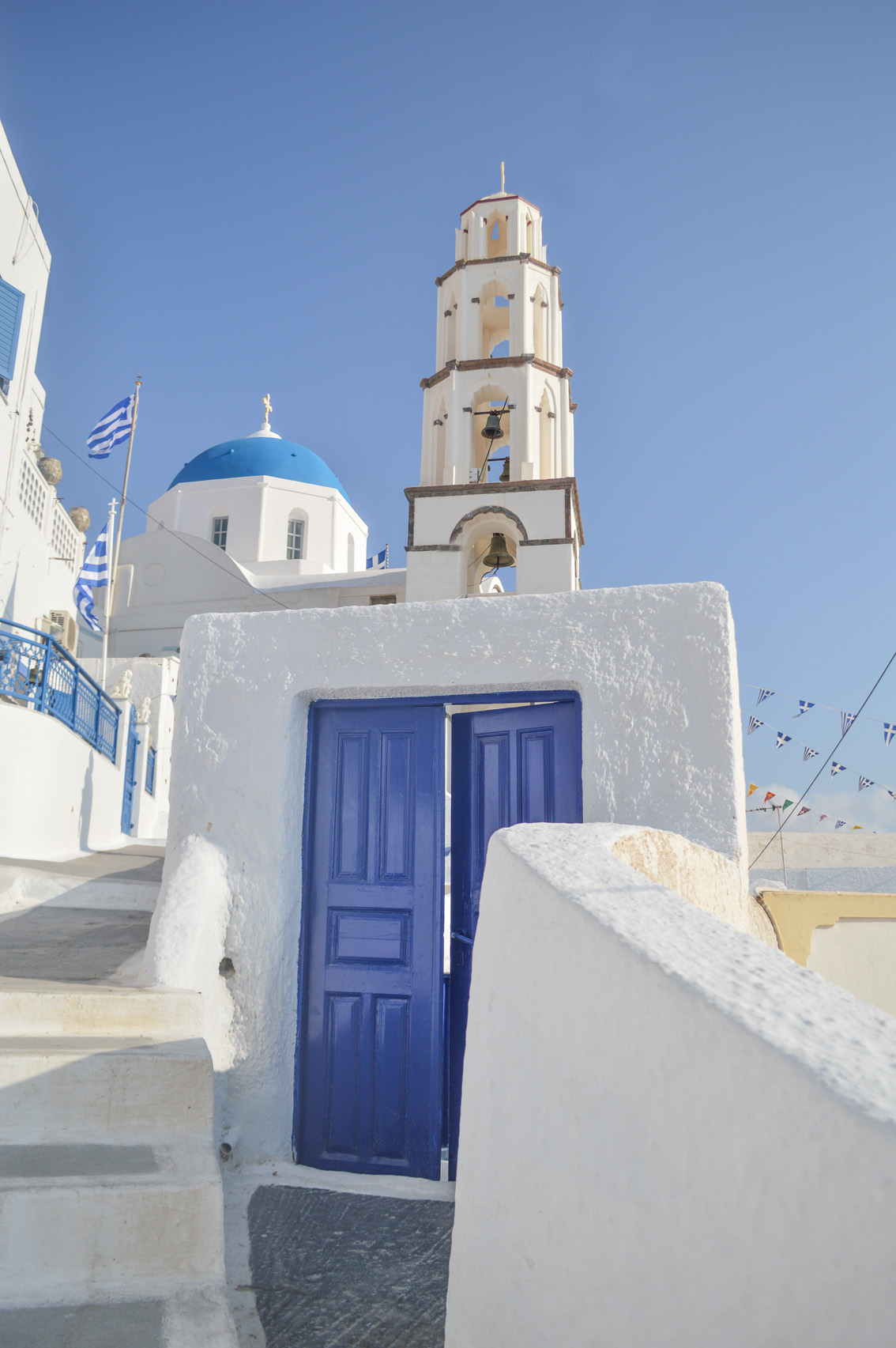 20 Santorini travel tips #5 : the beach of Mesa Pigadia, a sunset in Santo Wines and the typical village of Pyrgos.
