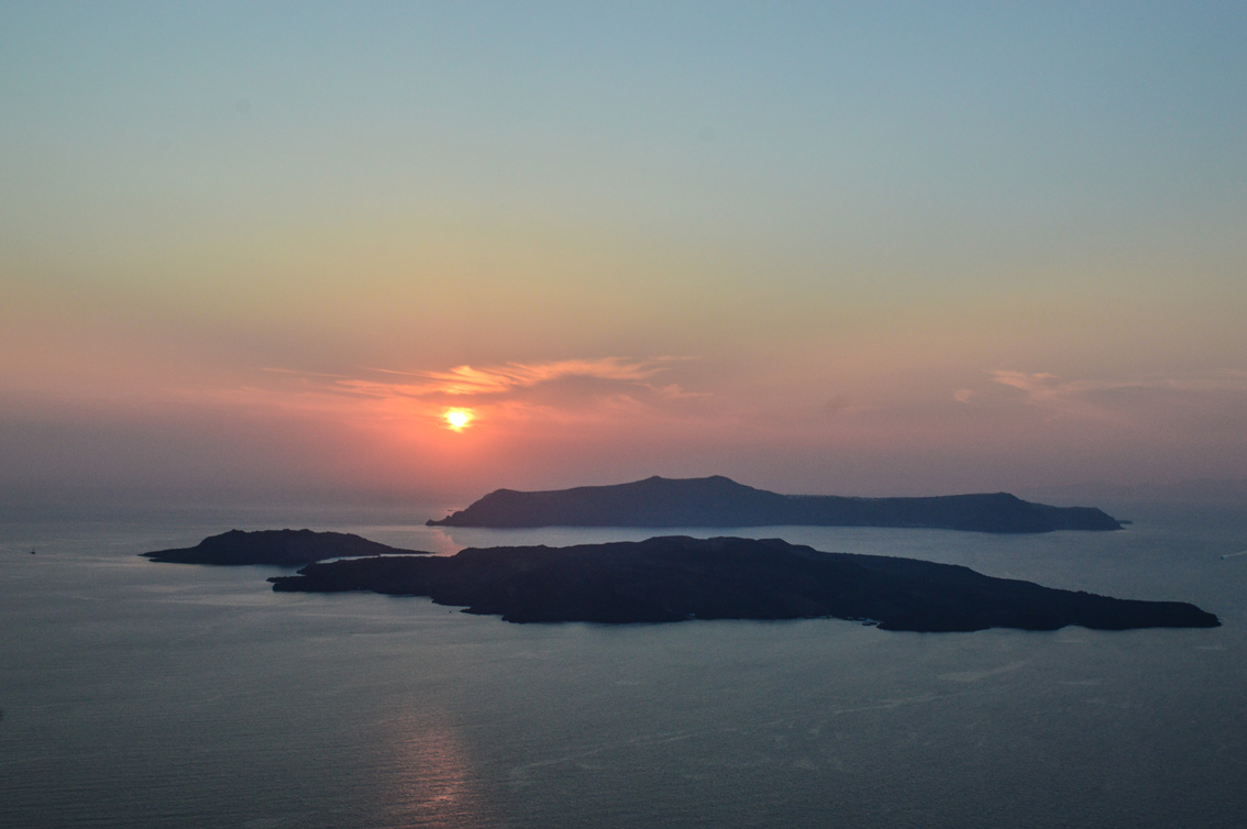 72 Santorini travel tips #5 : the beach of Mesa Pigadia, a sunset in Santo Wines and the typical village of Pyrgos.