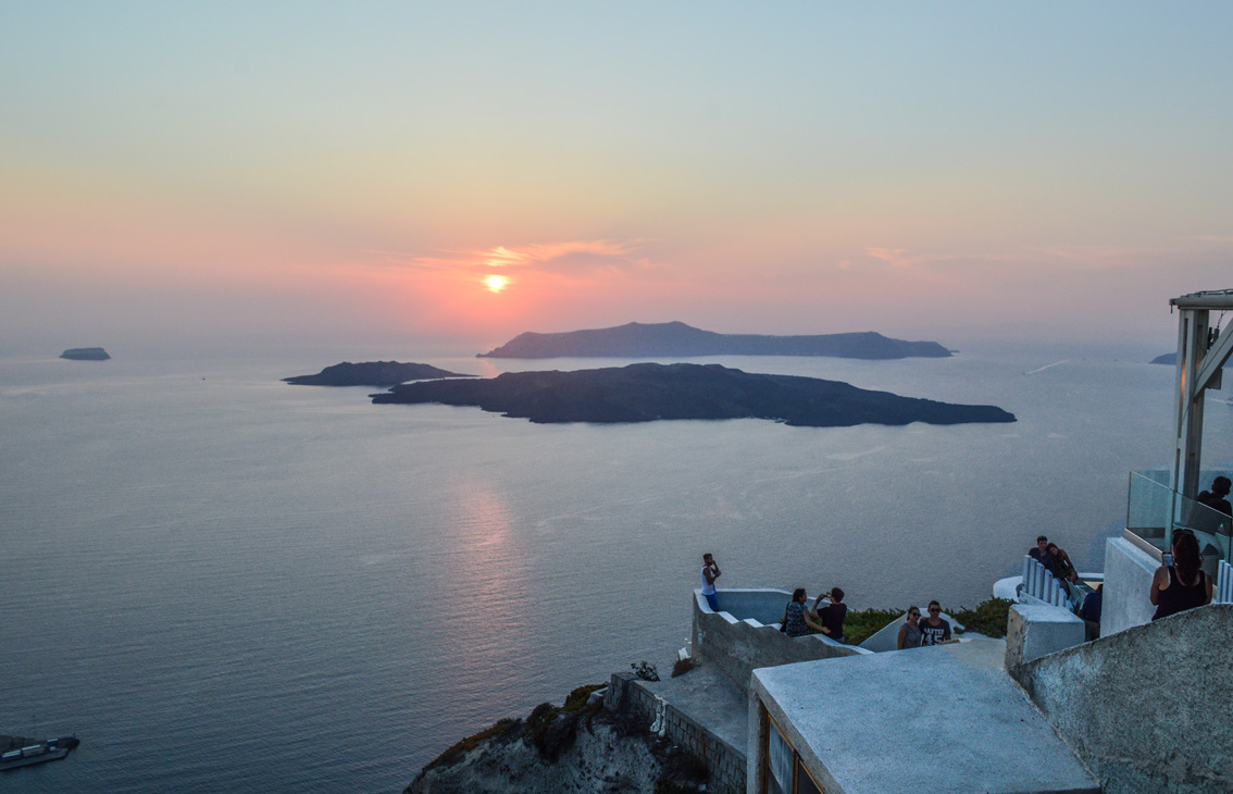 82 Santorini travel tips #5 : the beach of Mesa Pigadia, a sunset in Santo Wines and the typical village of Pyrgos.